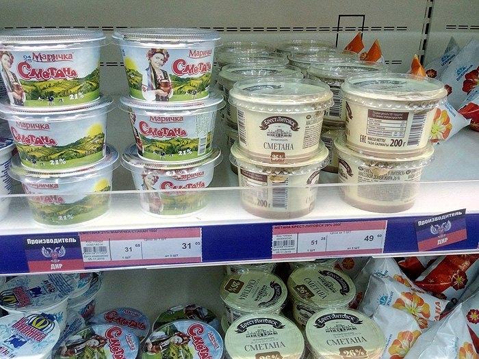 Белорусская сметана 'Брест-литовская' на полках супермаркета в Донецке