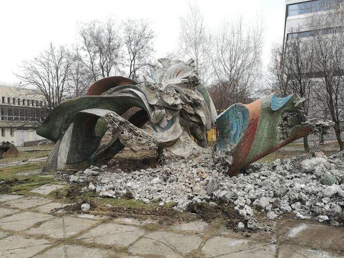 Зруйнована скульптура Дніпровські хвилі Ернеста Коткова в Дніпрі