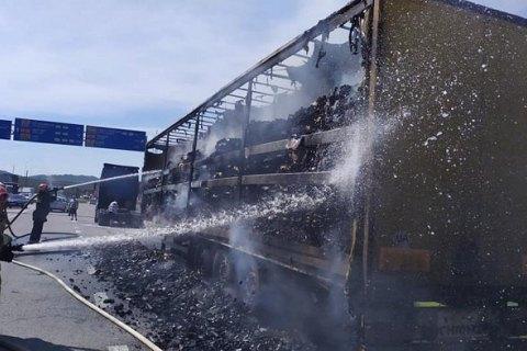 На трасі у Львівській області згоріла вантажівка із 13 тоннами деревного вугілля
