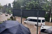 Через рясні зливи затопило Ялту, мешканців просять не виходити з дому