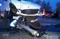 Микроавтобус сбил светофор и знаки в ДТП на Днепровской набережной Киева