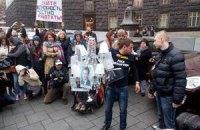 Активисты требуют люстрировать чиновников, контролирующих фармацевтический рынок