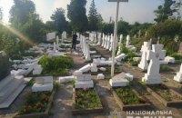 У Стрию 20-річний чоловік пошкодив майже 60 могильних пам'ятників і намагався втекти від поліції