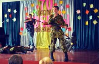 В школе Донецка дети на сцене имитировали расстрел украинцев
