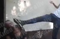 В Киеве сообщили о подозрении трем подросткам за избиение беспомощного мужчины