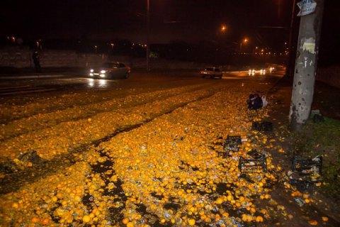 В Днепре после ДТП дорогу засыпало мандаринами