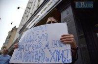 Активісти порадили Луценкові стежити за своєю дружиною, а не журналістками
