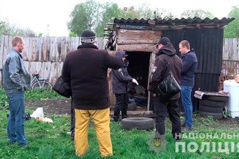 В Сумской области мужчина посадил наемного работника на цепь