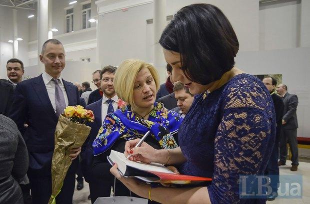 Ирина Геращенко и Соня Кошкина, слева с цветами - Борис Ложкин
