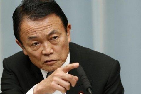 Міністр фінансів Японії відмовився від річної зарплати через корупційний скандал