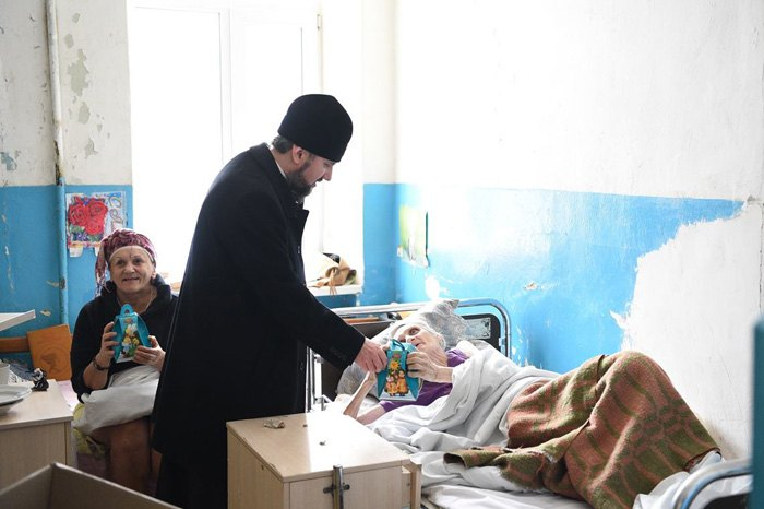 Блаженніший Митрополит Епіфаній під час відвідин відділення паліативної допомоги у Міській клінічній лікарні №10