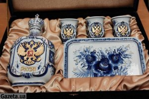 Медведев подарил Януковичу три рюмки с двуглавым орлом