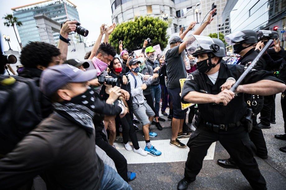 Стычки демонстрантов и полиция в Лос-Анджелесе, 29 мая 2020