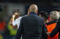 Роналду сделал селфи с выбежавшим на поле фанатом в матче Лиги Чемпионов
