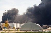 На нафтобазі досі горять три резервуари з 17