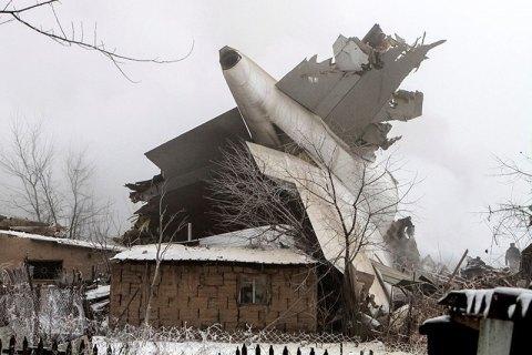 На селище в Киргизії впав вантажний літак, 37 людей загинули