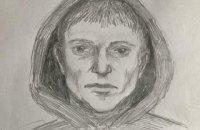 У Києві чоловік на вулиці порізав ножем дівчину, його оголошено в розшук