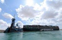 Застряглий в Суецькому каналі контейнеровоз сподіваються розблокувати до вечора суботи