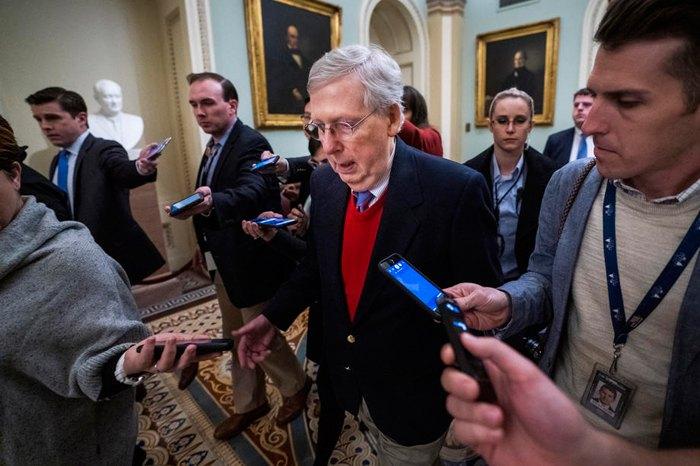 Глава республиканского большинства в Сенате Митч Макконнелл в перерыве заседаний Сената в Капитолии США, Вашингтон, 16 января 2020.