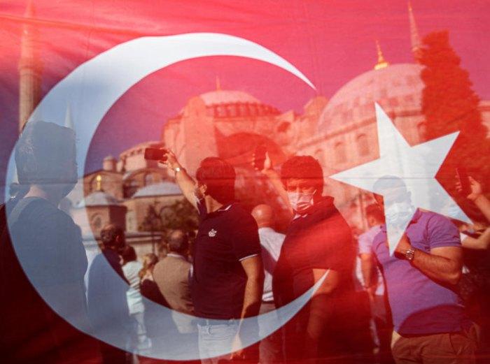 Турки празднуют после оглашения Эрдоганом решения по изменению статуса музея Святой Софии в мечеть, Стамбул, 10 июля 2020.