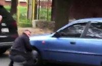 """В Чернигове нардеп от """"Слуги народа"""" спустил колеса нескольким авто из-за конфликта за рекламные билборды"""