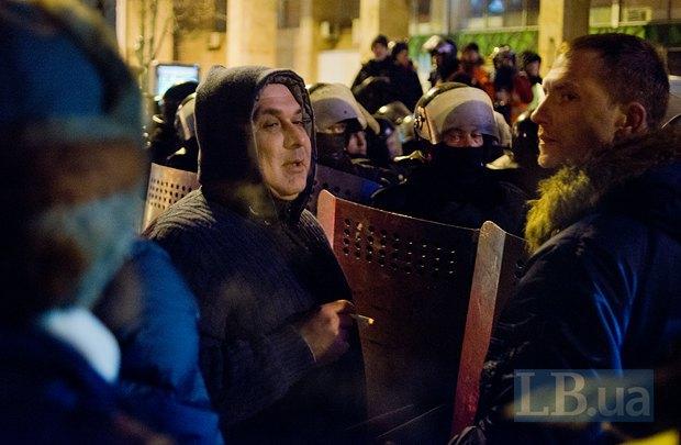 Давид Жвания возле кордона беркута у Дома профсоюзов