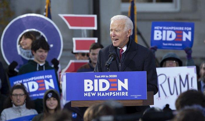 Кандидат в президенты от Демократической партии на пост президента США общается cо сторонниками возле администации штата Нью-Хэмпшир, США, 8 ноября 2019.