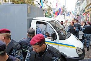 Сторонники Тимошенко обклеили стикерами с ее портретом автозак