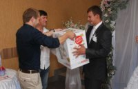 В Винницкой области оппозиционный кандидат агитирует на свадьбах