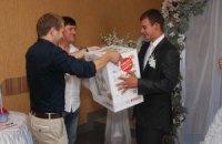 У Вінницькій області опозиційний кандидат агітує на весіллях