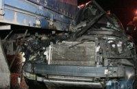 Уночі в Києві позашляховик влетів під вантажівку і проштовхав її 50 метрів