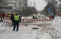 В Киеве на Куреневке ограничено дорожное движение из-за прорыва канализационного коллектора