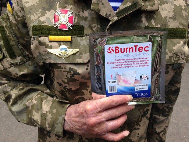 Сергей держит противоожоговую повязку BurnTec