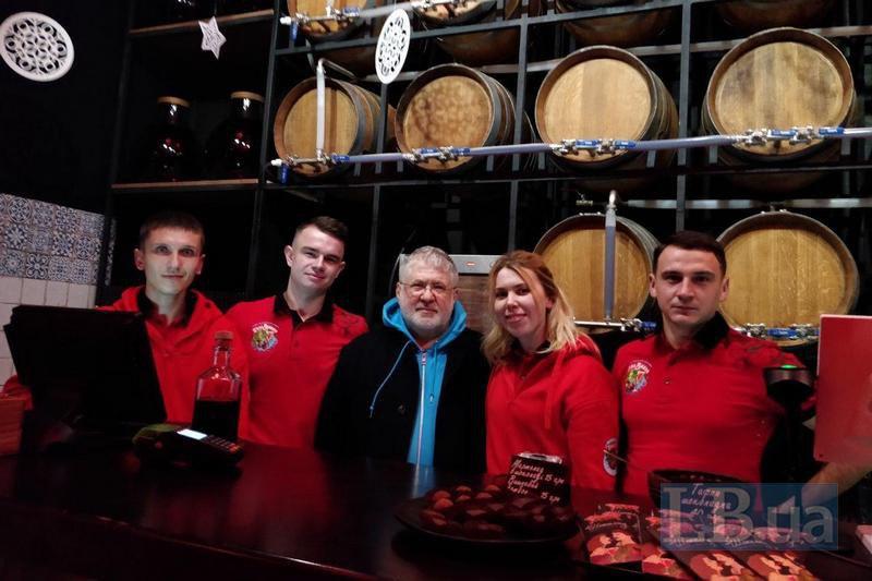 Коломойський в барі П'яна вишня на території комплексу Буковель