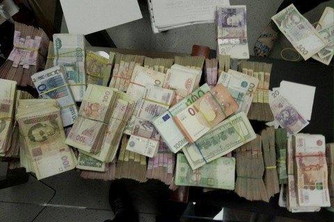 СБУ вилучила велику суму грошей під час обшуку у конвертцентрі