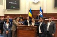 """Трибуну Київради заблокували депутати """"Слуги народу"""" і ОПЗЖ"""
