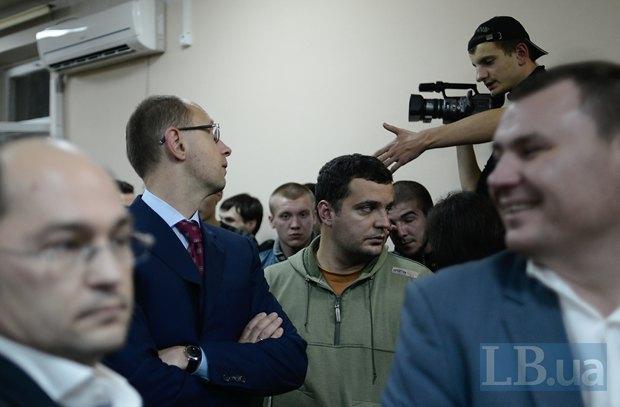 Здалося, що саме поява Арсенія Яценюка та інших лідерів опозиції на окрузі №215 під час підписання остаточних результатів виборів поставила крапку у боротьбі свободівців за цей округ