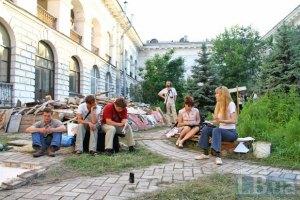 Уночі на захисників Гостинного двору напали