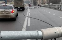 В сети появилось видео падения фонарей на Шулявском мосту