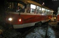 В Киеве трамвай слетел с путей и врезался в дерево