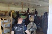 На тартаку в Київській області незаконно працювали 24 нелегали з Африки і Китаю