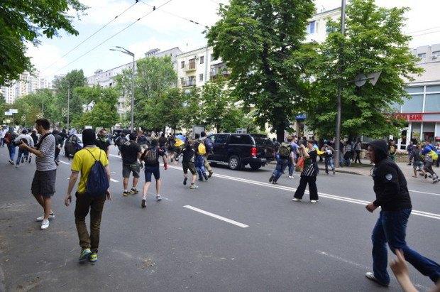 Националисты разбегаются при появлении милиции