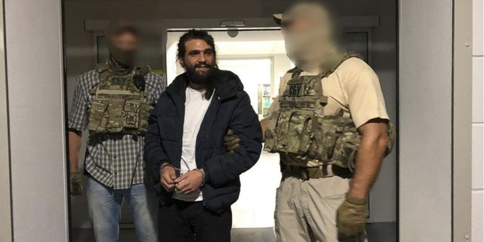 Амос Дов Сильвер во время экстрадиции из Украины 18 августа