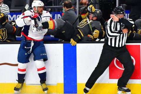 У матчі НХЛ хокеїст викинув суперника за борт силовим прийомом