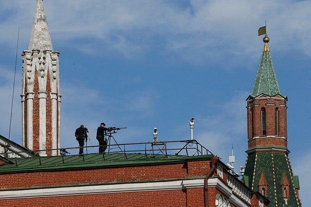 Снайпера на крыше Кремля во время парада в Москве