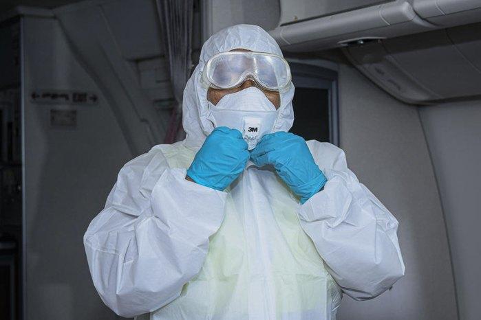 Работник готовится к дезинфекции салона самолета в международном аэропорту в Аддис-Абебе