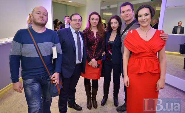 Слева направо: Евгений Кузьменко, Олег Базар, волонтеры Фонда Вернись Живым во главе с Виталием Дейнегой, и Соня Кошкина
