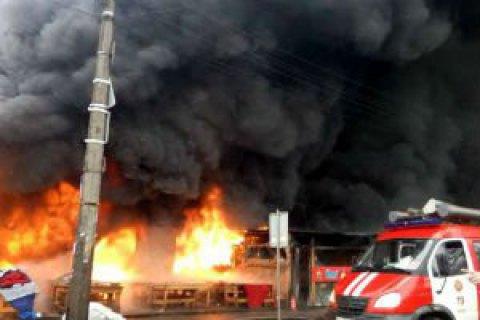 Пожежу в торгових рядах із секонд-хендом у Києві повністю ліквідовано