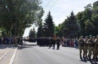 """Четверту річницю визволення від """"ДНР"""" у Маріуполі відсвяткували парадом"""