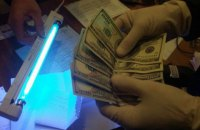 Офіцера Херсонського військкомату затримали під час отримання $600 хабара